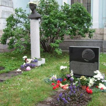 У памятника Анне Керн и памятного камня Пушкину 06.06.2009