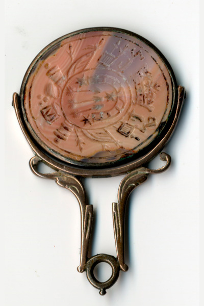 Печатка с воинскими знаками из полудрагоценного камня, обрамлена металлическим ободком