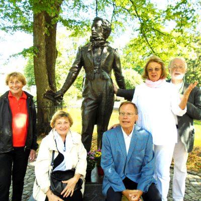 Немецкие гости у памятника Пушкина