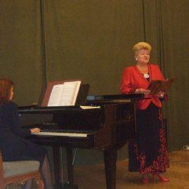 Валентина Голдинова, у рояля Марина Глаголева
